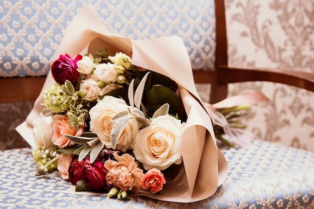 バラとリボンの明るく美しいブライダルブーケ