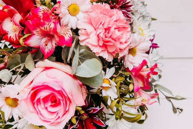 テキスト用のバラのスペースと明るく美しいブライダルブーケ