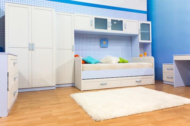 Светлая спальня с кроватью и шкафом