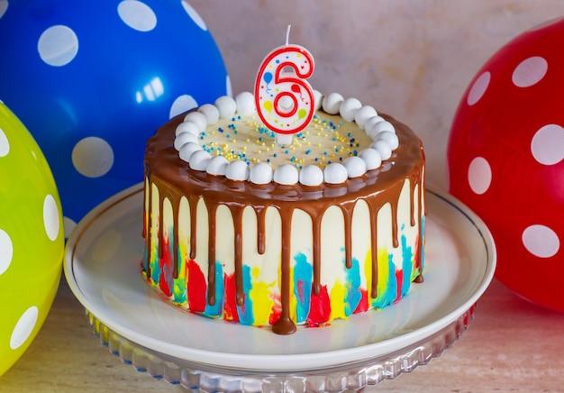 초콜릿 밝은 생일 케이크 프리미엄 사진