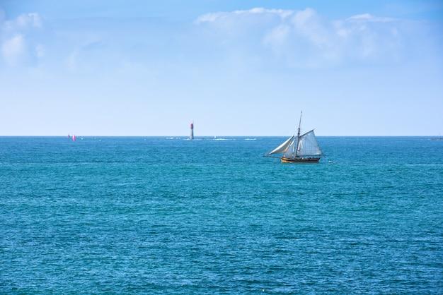 밝은 푸른 바다와 바다의 요트