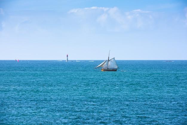 鮮やかな青い海とヨット