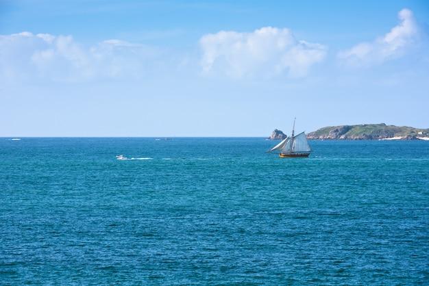 밝은 푸른 바다와 요트
