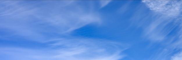 雲と明るい青空