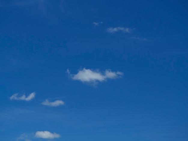 雲と明るく青い空