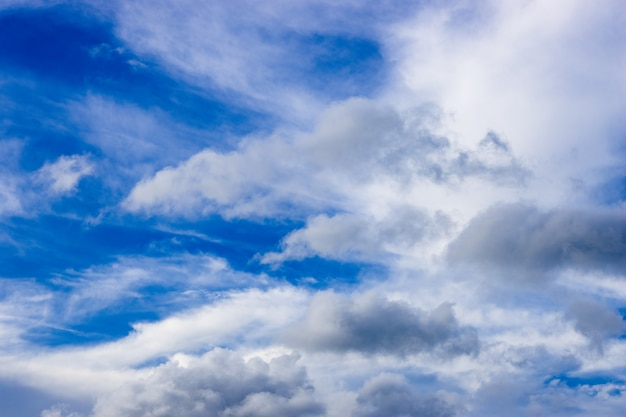 흩날리는 흰 구름과 밝은 푸른 하늘