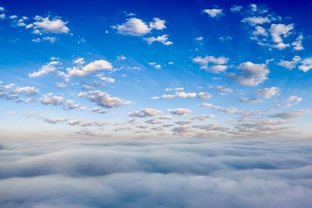 白い雲と明るい青空。パノラマ。自然な背景。