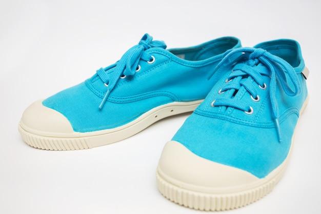 흰색 바탕에 밝은 파란색 운동화
