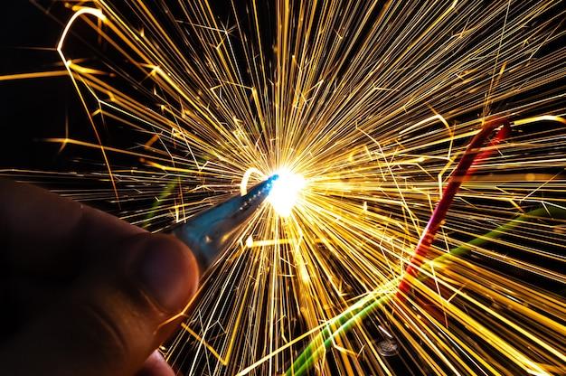 Яркие горящие искры вылетают из неправильно замкнутых контактов. понятие об опасности поражения электрическим током и безопасности.