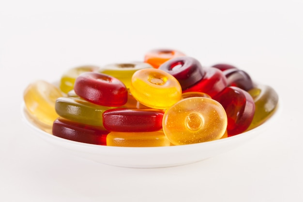 Яркие конфеты, изолированные на белом