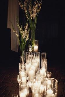 Candele luminose bruciano in piedi sul pavimento