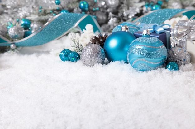 雪の上の飾りとクリスマスの境界線