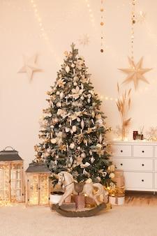 Яркий новогодний интерьер с елкой и гирляндами в уютном доме