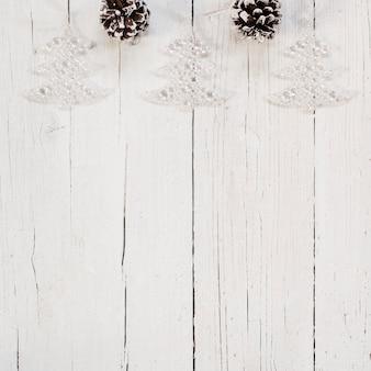 白い背景の上の明るいクリスマスツリーの飾り
