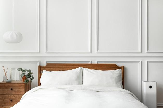 Camera da letto moderna luminosa e pulita in stile scandinavo