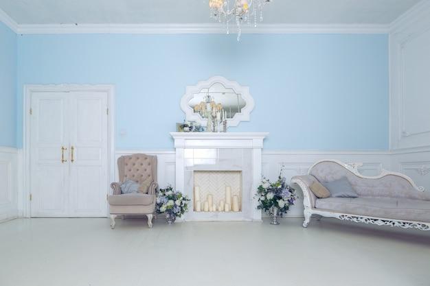 明るく清潔でスタイリッシュなインテリアのベッドルームと、大きなパノラマウィンドウのあるリビングルーム。美しい豊かなアンティーク家具。四柱式ベッド、鏡、ソファ。