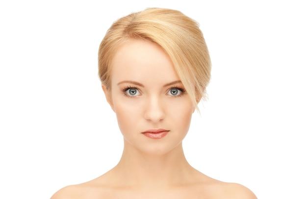 美しい女性の明るいクローズアップの肖像画の写真