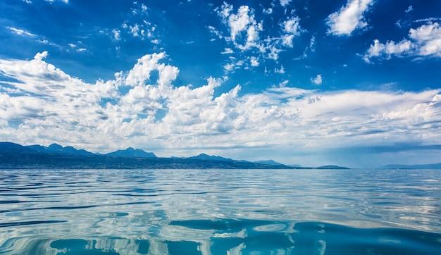 Яркое облачное небо на море в солнечный день.