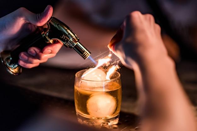 バーでの明るいカクテルナイトクラブでのカラフルな映像さまざまな色のアルコール飲料