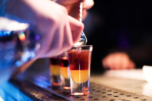 バーでの明るいカクテルショットナイトクラブでのカラフルな映像