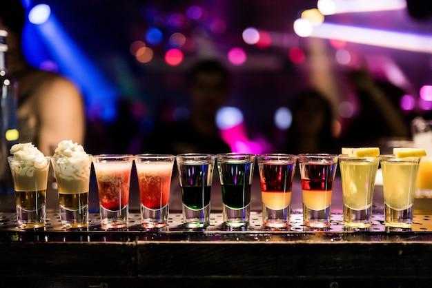 バーでの明るいカクテルショットナイトクラブでのカラフルな映像アルコール飲料