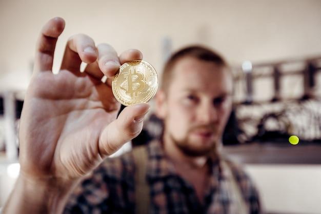手に明るいコインのシンボル