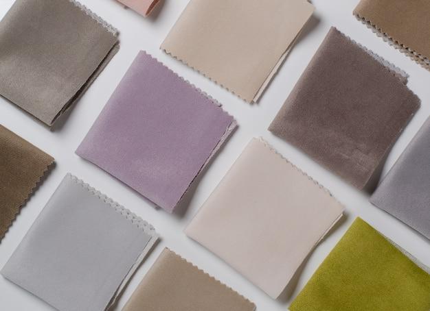 カラフルなベロア織物サンプルの明るいコレクション。パターン
