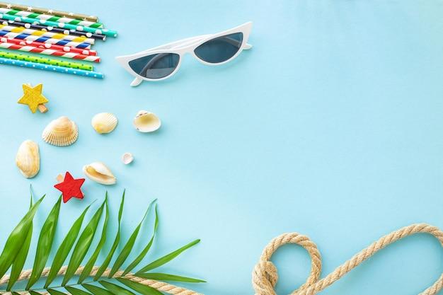 Яркие цвета концепция лимонад или сок напиток солнцезащитные очки ракушки коктейльные соломинки морская тематика
