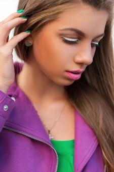 Яркий цветной портрет красивой женщины с розовыми губами и пиджаком в летний день