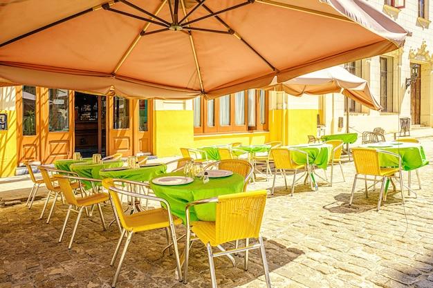 밝은 색상의 여름 카페.