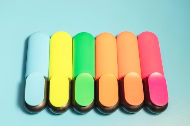 Яркие цветные маркеры для выделения текста на синем фоне, цветные фломастеры для рисования.