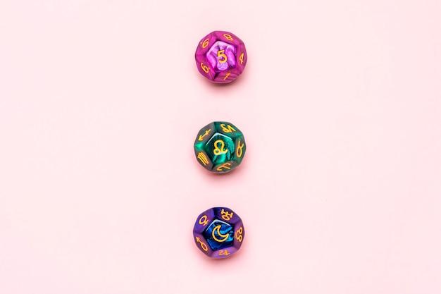 Макет яркие цветные радуги кристалл на розовом фоне концепция альтернативной медицины рейки вид сверху расширение энергии инициирование поток энергии.