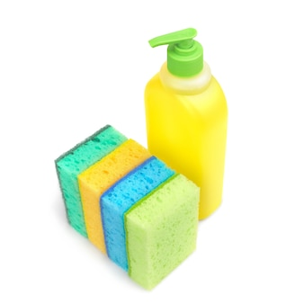 Губки ярких цветов и пластиковая бутылка с жидкостью для уборки в ванной
