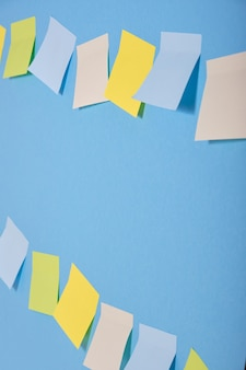 두 행에 파란색 배경에 밝은 색된 스티커 메모