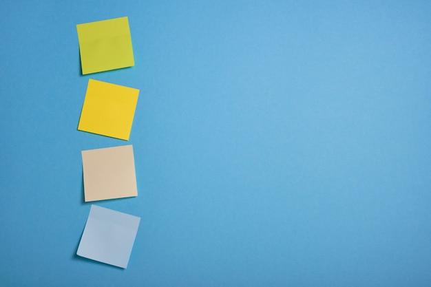 파란색 배경에 밝은 색된 스티커 메모
