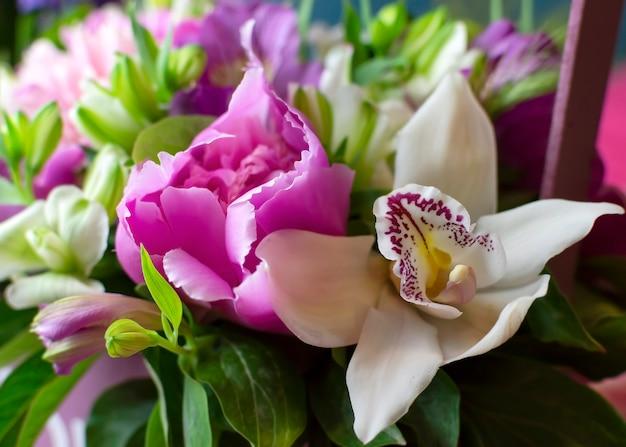 花牡丹蘭アルストロメリア春の花束おめでとうの明るくカラフルな花束