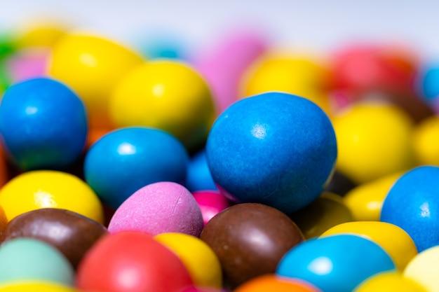 Яркие красочные конфеты. закройте фон. круглые яркие конфеты.