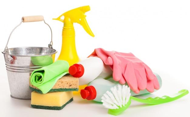 Яркий красочный набор для чистки на деревянном столе