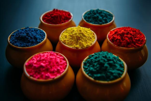 Яркий красочный порошок холи в мисках