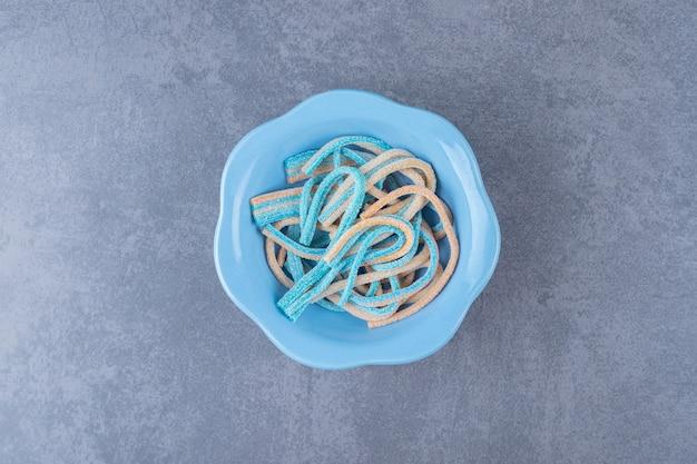대리석에 그릇에 밝은 다채로운 감초 사탕.