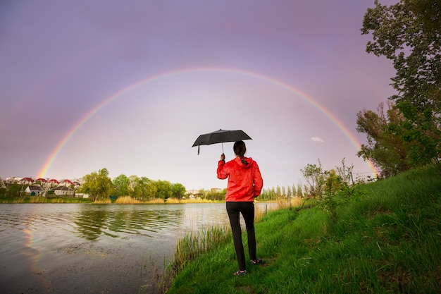 明るくカラフルな自然の虹。休日の背景に適しています。