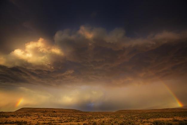 明るくカラフルな自然の虹。自然な背景に適しています。