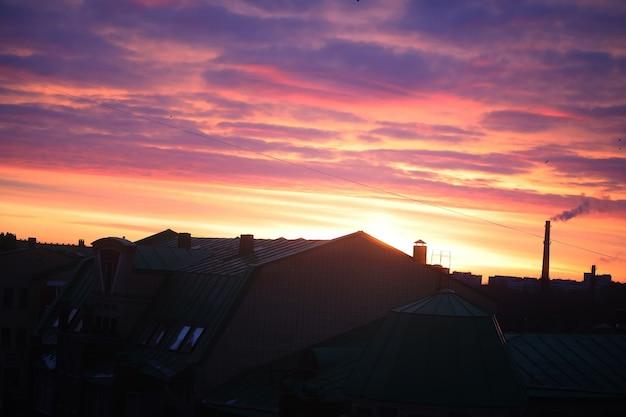 早朝の明るくカラフルなピンクの北の夜明け