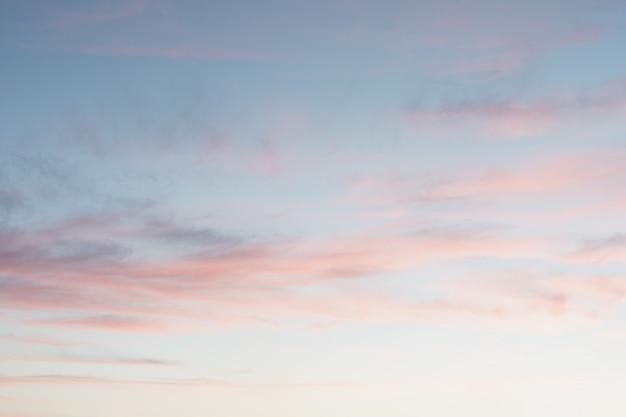 ピンクの紫と青の色で日没時の明るくカラフルな空。