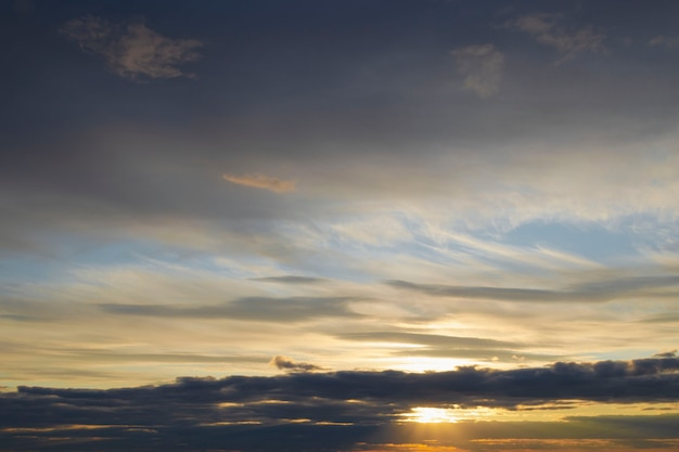Яркий красочный закат с темными облаками на небе. естественный фон заката. 2