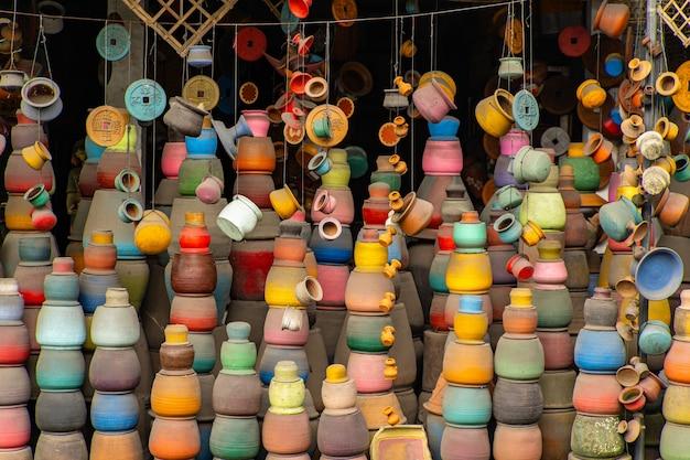 밝은 색. 현지 시장의 다채로운 토기 전시, 고객을 기다리는 도자기 제품