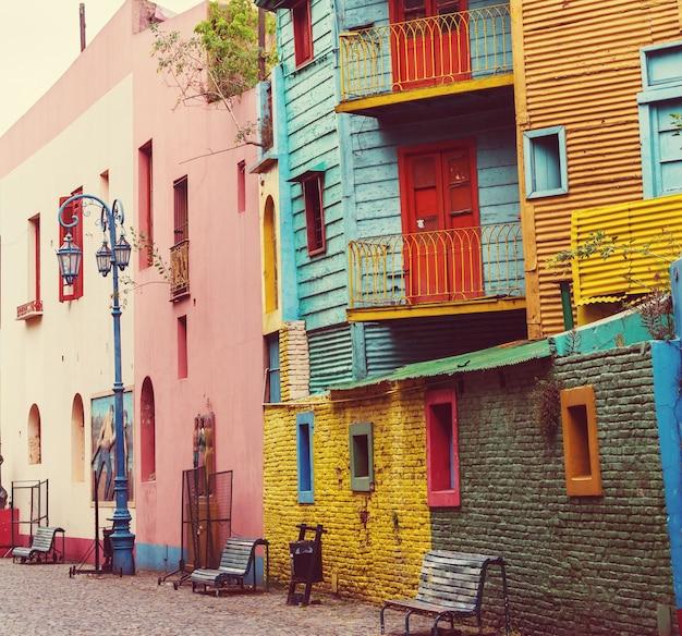 부에노스 아이레스의 라 보카 인근에있는 카미 니토의 밝은 색상