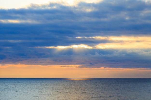 青い空を背景に明るい積雲の雲。夕焼け空の自然な背景。海景