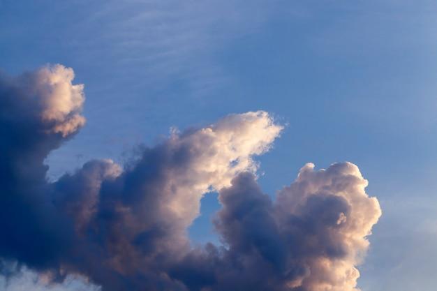 푸른 하늘, 클로즈업, 드 포커스에 밝은 적 운 구름