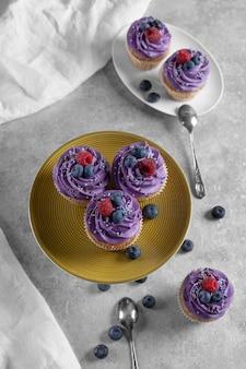 お祝いテーブルに明るいカップケーキ